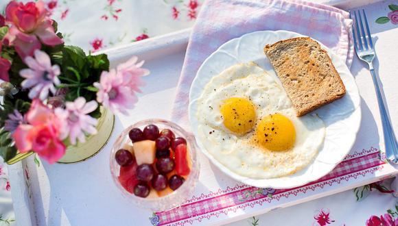 Unos huevos fritos es una gran opción, pero no la única para desayunar saludablemente. (Jill Wellington / Pixabay)