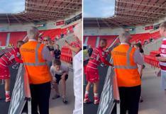 ¡El más solicitado! Rodrigo Vilca atendió a los hinchas de Doncaster tras primer triunfo [VIDEO]