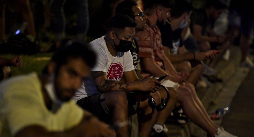 Los hinchas evidencian su tristeza en las afueras del Camp Nou tras el adiós de Lionel Messi. (Foto: AFP)