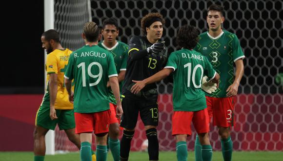 Guillermo Ochoa, arquero de Méico en Tokio 2020, alentó a sus compañeros, tras finalizar el partido con Sudáfrica. (Foto: AFP)
