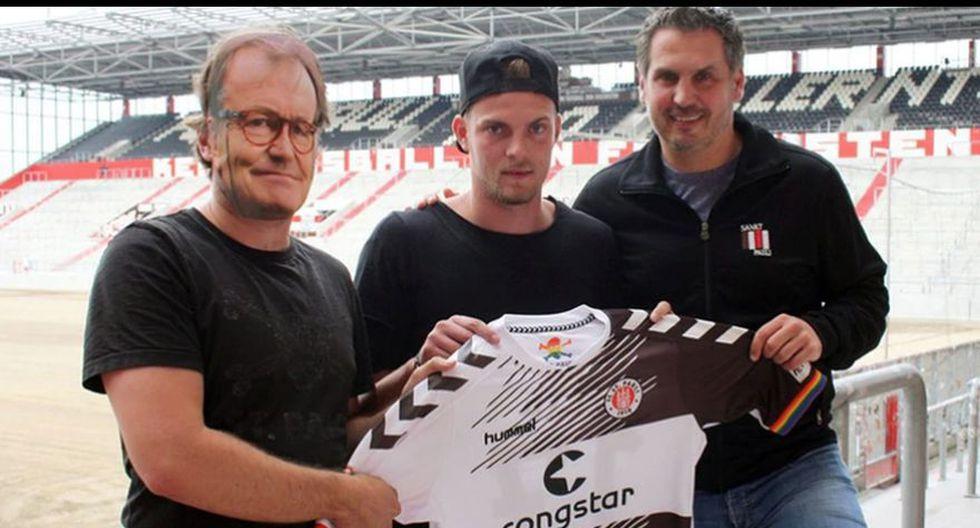 Marvin Ducksch en el St. Pauli. Como no se encontraba el entrenador para la foto oficial, un empleado se puso una careta. Las imágenes fueron publicadas en la página oficial del club.
