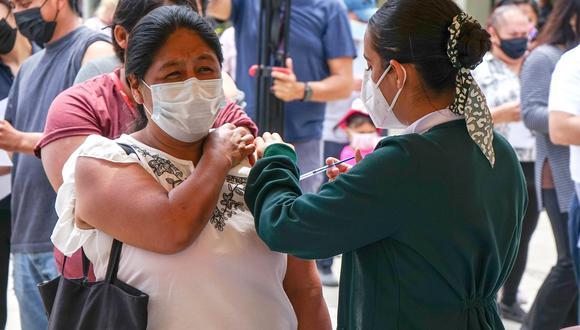 Un migrante recibe la vacuna Johnson & Johnson contra la COVID-19, hoy en la primaria Miguel F. Martínez, de la ciudad de Tijuana, estado de Baja California (México). (Foto: EFE/Joebeth Terriquez)