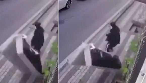 El impactante momento en que una mujer se salva de morir aplastada por un sofá lanzado desde el tercer piso de un edificio. (Foto: @ActualidadRT / Twitter)