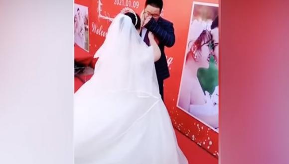 El hombre lloró desconsoladamente sin un motivo alguno. Minutos después, su pareja decidió consolarlo. | Foto: Info-Viral-Fun/YouTube