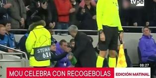 José Mourinho festeja con recogebolas