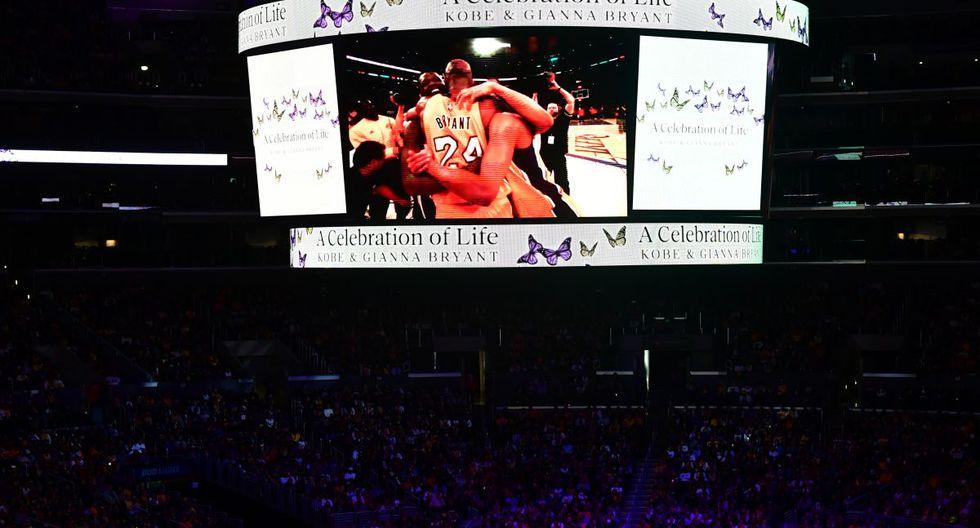 Una pantalla muestra fotos durante el homenaje a Kobe Bryant y sy hija Gianna  en el Staples Center en el centro de Los Ángeles (Foto: AFP)