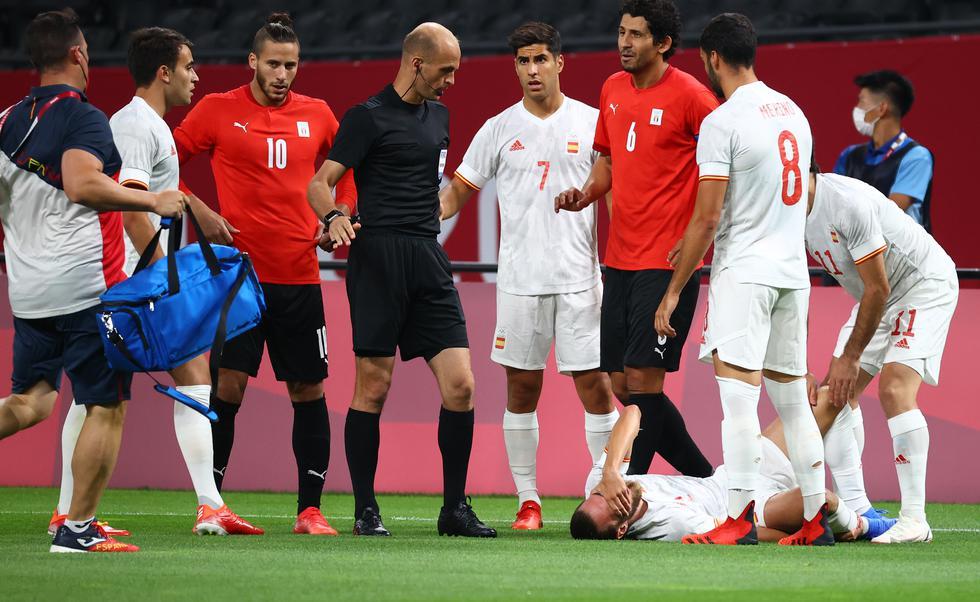 Dani Ceballos sale del campo por una lesión en el tobillo.
