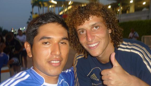 José Daniel Cáceres, fanático peruano del Chelsea, junto a David Luiz en la gira del club inglés por Estados Unidos. (Foto: Difusión)