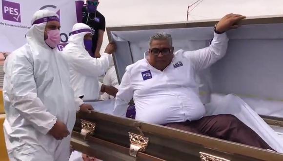 El político se dirigió a sus simpatizantes desde un ataúd. | Foto: @Vicente_Galvez