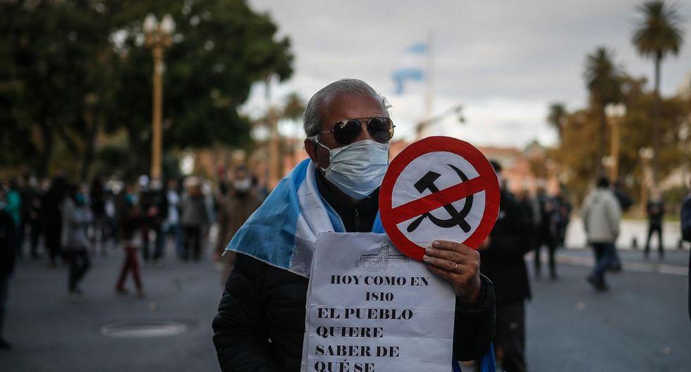 Un grupo de personas se manifiesta contra la cuarentena obligatoria hoy lunes 25 de mayo en la Plaza de Mayo de la ciudad de Buenos Aires. (EFE/Juan Ignacio Roncoroni).