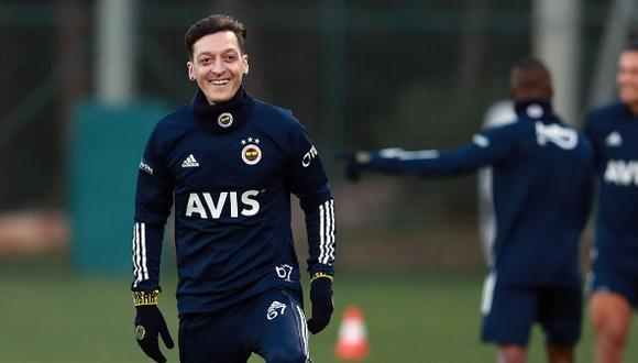 Mesut Özil firmó contrato con el club turco hasta 2024. (Foto: Twitter Fenerbahçe)