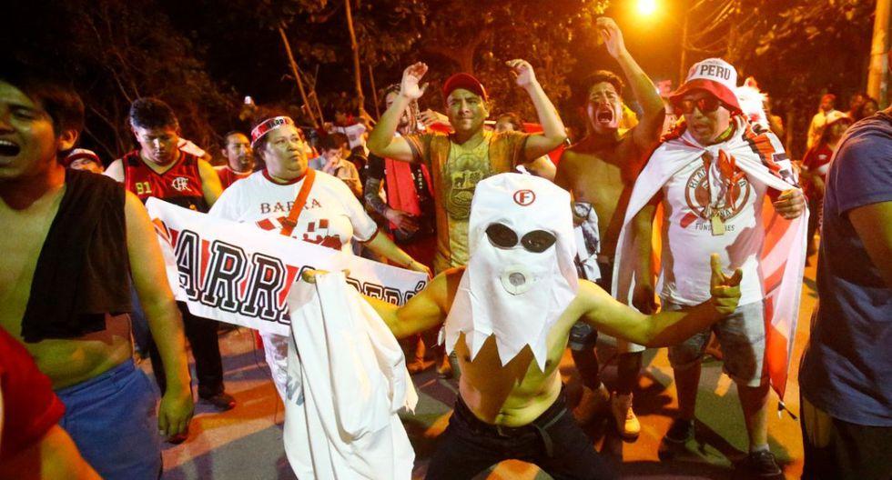 Banderazo de la hinchada peruana en las afueras del hotel. (Fotos: Francisco Neyra)