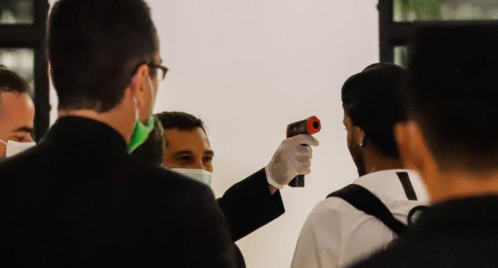 A Ronaldinho le tomaron la temperatura antes de ingresar al hotel. (Foto: EFE)