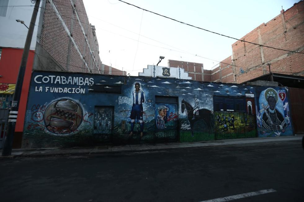 Un grupo de seguidores de la 'U' atacó el mural donde destacan Alejandro Villanueva y Juan Valdivieso, referentes históricos de los victorianos. (Fotos Jesús Saucedo / @photo.gec)