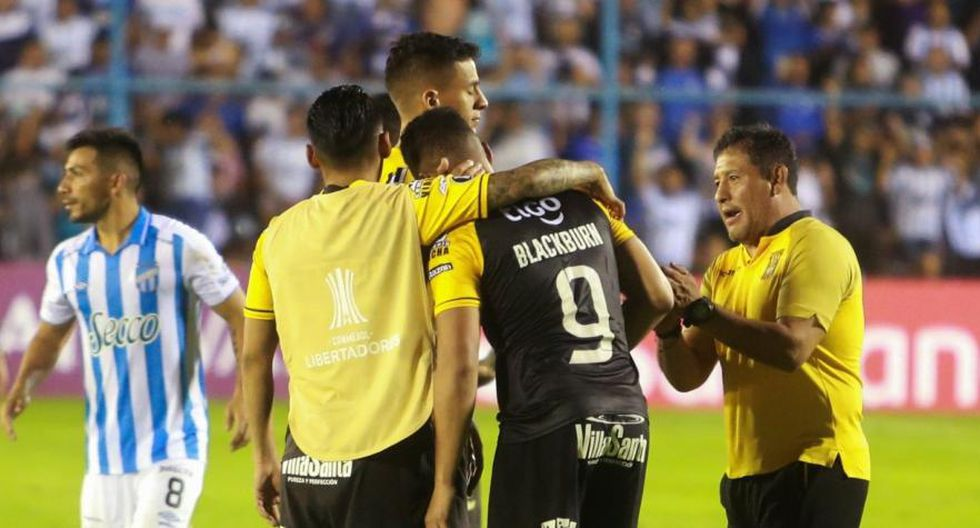 Rolando Blackburn tuvo que ser consolado al finalizar el partido. (Foto: agencias)