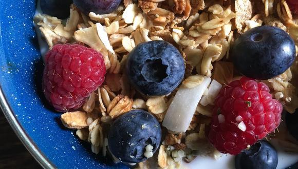 La granola se puede combinar con frutas de estación, coco rallado, avena y frutos secos. (Foto: maroonedonisland / Pixabay)