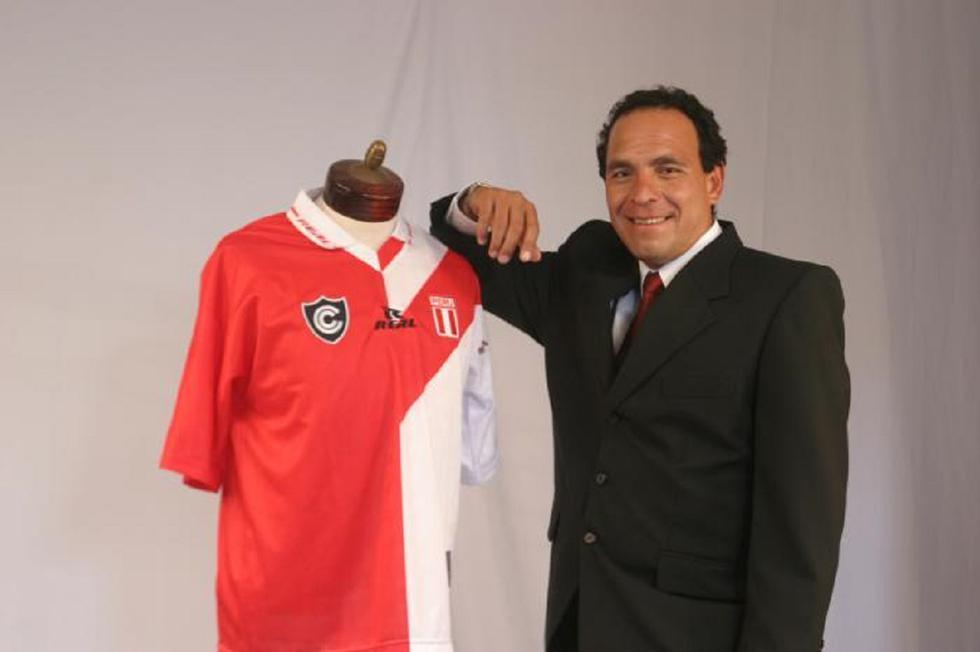 Freddy Ternero en una produccion con la camiseta combinada de Cienciano y de la Selección Peruana. 11/12/2003 (Foto: GEC Archivo)