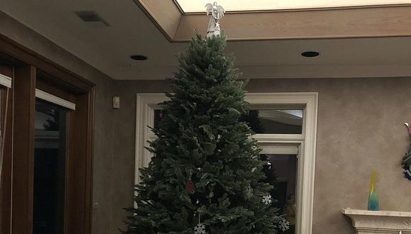 Un niño pequeño decora él solo un árbol de Navidad y el resultado se vuelve viral. (Foto: @acthomas_books / Twitter)