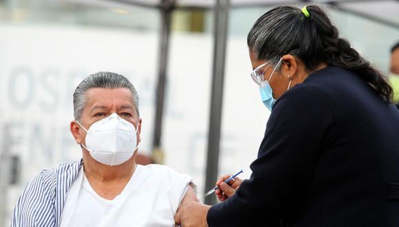 Una vez que los adultos mayores se registren, se armará un directorio para determinar cuándo empezará a recibir la vacuna preventiva contra el virus SARS-CoV-2. (Foto: Ulises Ruiz / AFP)