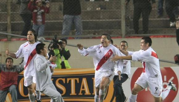 Postal de un momento de gloria. Vargas acompaña en la foto a un Fano que explota de emoción con su gol a Argentina. (Foto: GEC)