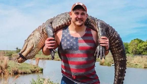 Estrella de la NFL causó repudio en redes sociales tras cazar un caimán y fotografiarlo . (Twitter)