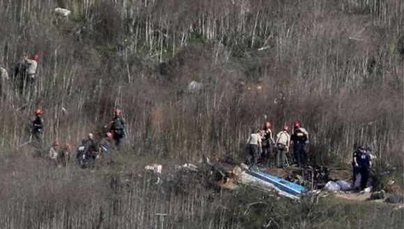 Bomberos y policías en la escena del accidente, en el que murió Kobe Bryant. (Foto: AFP)