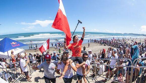 Sofía Mulánovich cargada en hombros por el equipo peruano. (Foto: SurfAndRockTV)