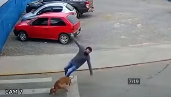 """Un perro es captado """"atropellando"""" a un hombre que cruza la calle y la escena se vuelve viral. (Foto: Joan Valdez / YouTube)"""