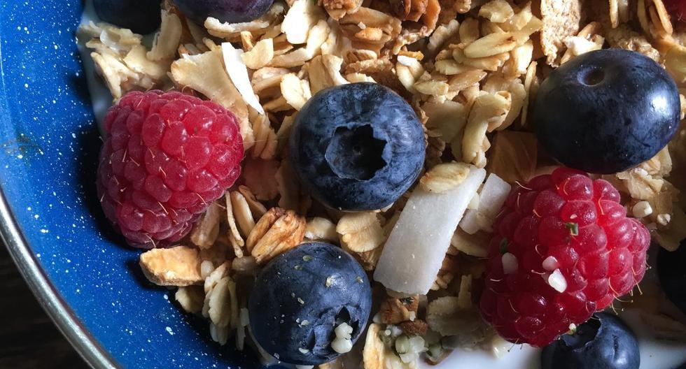 Snacks de media mañana: 2 opciones saludables con granola y mantequilla de maní