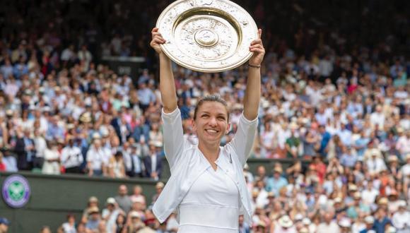 Simona Halep levantando su título en Wimbledon 2019. (Foto: Twitter)