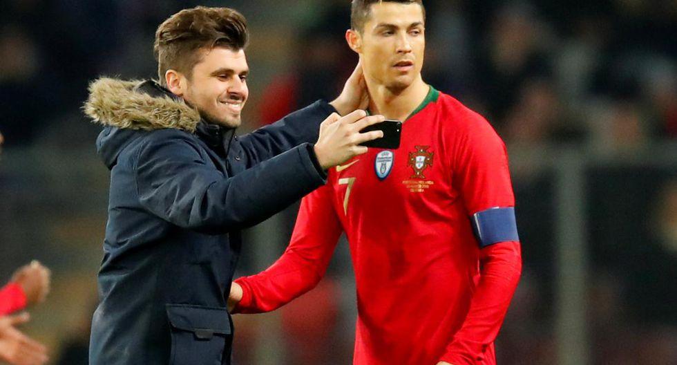 Los fanáticos que saltaron al campo por Cristiano Ronaldo. (AFP)