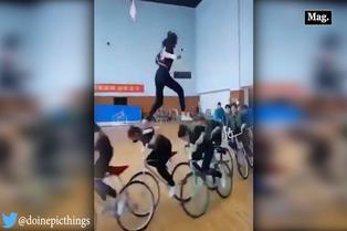 Mujer demuestra destreza al caminar sobre ciclistas