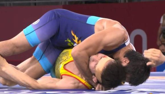 Luchador kazajo mordió en el brazo a su rival para que lo soltara en las semifinales de lucha libre en Tokio 2020. (Twitter)