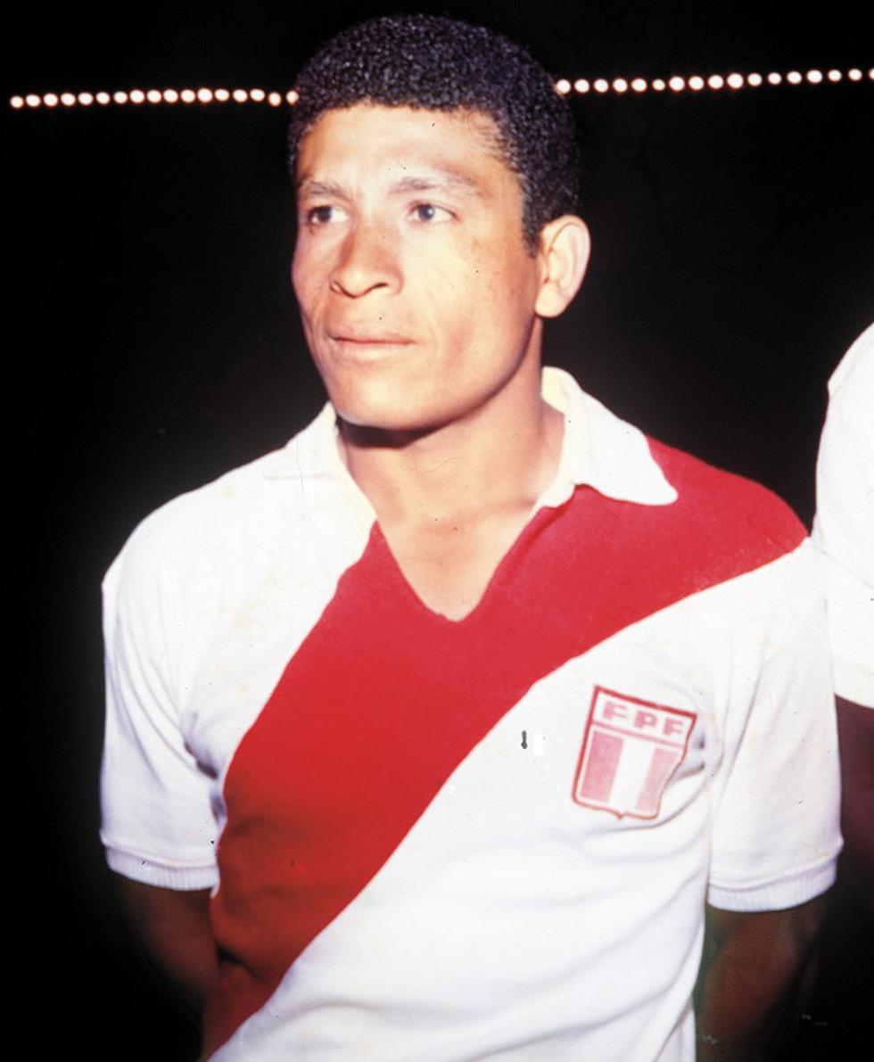 Héctor Eduardo Chumpitaz Gonzales, nació en San Luis de Cañete, provincia de Cañete, departamento de Lima, el 12 de abril de 1941.  El granítico debuta profesionalmente en el Club Deportivo Municipal el año 1964 y defiende al equipo de la comuna hasta el año 1965. (GEC Archivo Histórico)