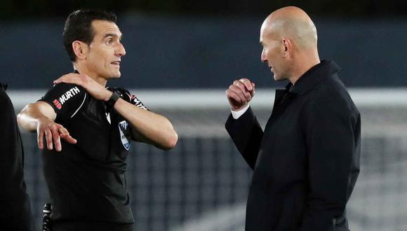 Zidane al final del partido hablando con el árbitro del Real Madrid vs Sevilla. (Foto: EFE)