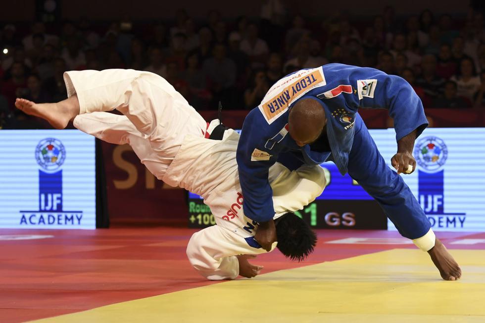 El francés Teddy Riner lucha contra el japonés Kokoro Kageura durante el partido de segunda ronda de categoría masculina de más de 100 kg del Judo Grand Slam Brasilia 2019. (Evaristo Sa / AFP)