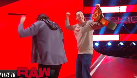 Kyle Busch con el título 24/7 junto a su compañero Michael Waltrip. (Foto: WWE)