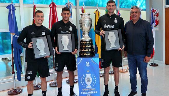 Emiliano Martínez, Gio Lo Celso y Cristian Romero recibieron premio por la Copa América. (Foto: AFA)
