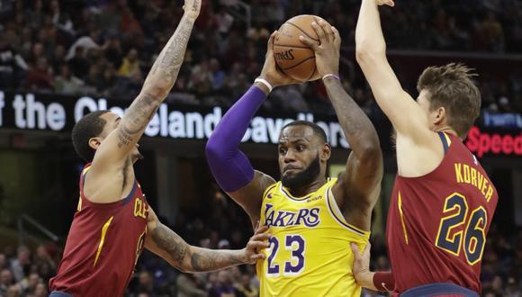 LeBron James lideró a Los Ángeles Lakers a una nueva victoria en la temporada regular de la NBA. El 'Rey' regresó al Quicken Loans Arena con 32 puntos, 14 rebotes y 7 asistencias. (Foto: AP)