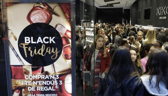 Durante el Black Friday, las tiendas físicas y virtuales (vía online) ofrecen al público ofertas y promociones especiales, y la gente aprovecha para realizar sus compras para la Navidad (Foto: Getty Images)