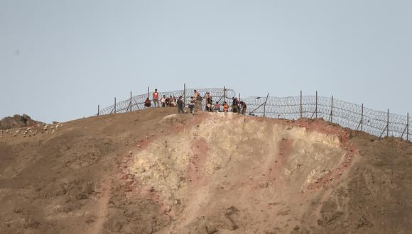 Hinchas de Universitario en el cerro al lado del estadio Monumental, previo al duelo ante Palmeiras. (Foto: GEC)