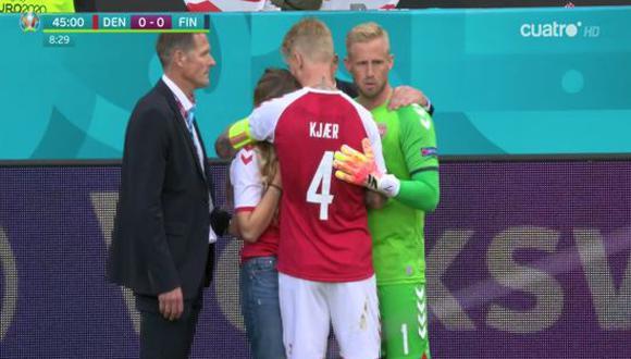 Kjaer y Schmeichel consolaron a la esposa de Eriksen en el duelo entre Dinamarca vs. Finlandia. (Foto: Cuatro HD)