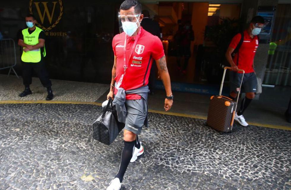 Yoshimar Yotún sale con maleta en mano del hotel Windsor Leme de Rio luego de ser titular ante la 'Canarinha'. (Foto: FPF)