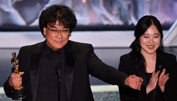"""Oscar 2020. Bong Joon Ho, director de """"Parasite"""", recibe el premio a Mejor película internacional, Mejor Guión y Mejor Director. Foto: AFP."""