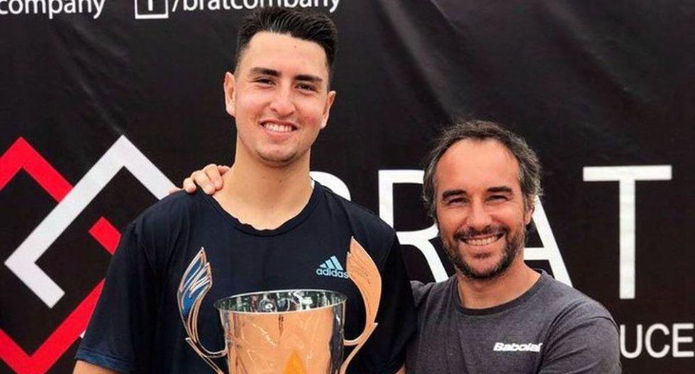 """Nicolás Álvarez, y su entrenador Diego """"Chucky"""" Junqueira sosteniendo el título. (Foto: Federación de Tenis)"""