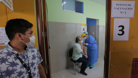 Para la vacunación se dará prioridad a los asegurados adultos mayores de 60 años, que actualmente suman un millón 700 mil personas. (Foto: Luka Gonzales / AFP)