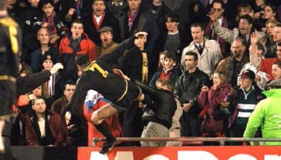Eric Cantona pateó violentamente a un fanático en el duelo entre Crystal Palace y Manchester United en 1995. (Foto: Twitter)