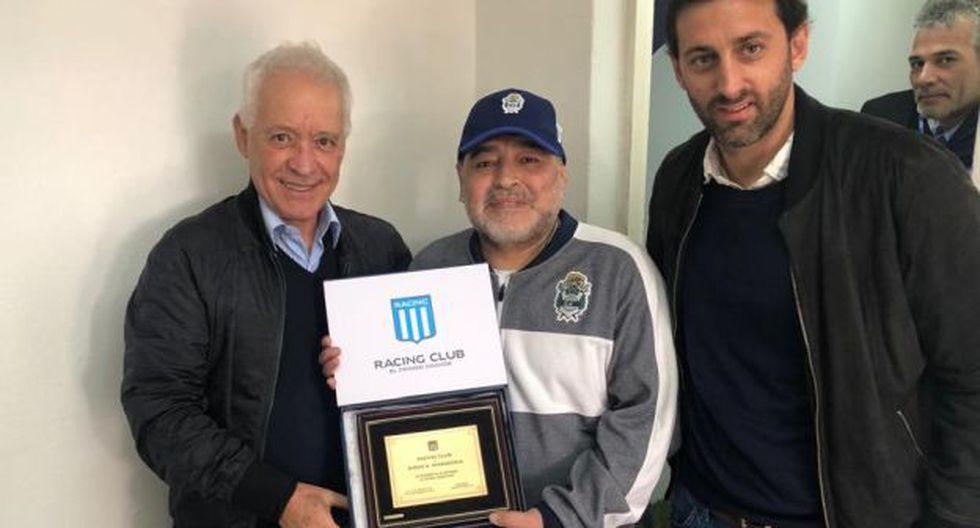 Diego Maradona recibió una placa conmemorativa por su regreso al fútbol agentino. (Foto: Racing Club)