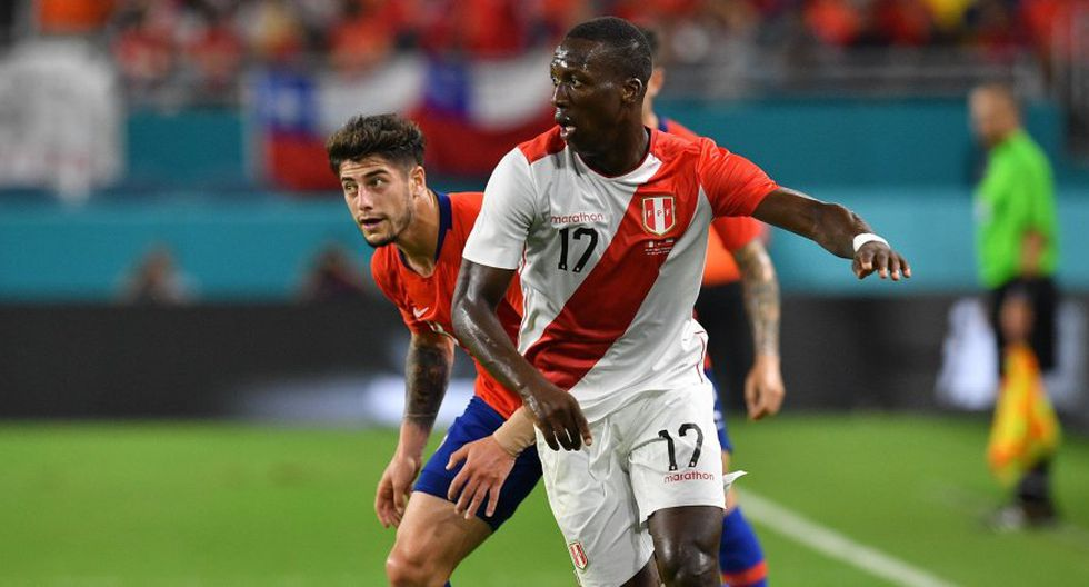 Luis Advíncula también recibió elogios de la prensa de Chile. (AFP)