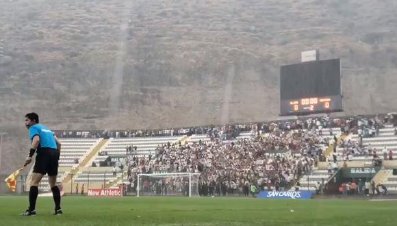 Hinchas de Universitario no dejaron de alentar pese a intensa lluvia. (Video: @Universitario)